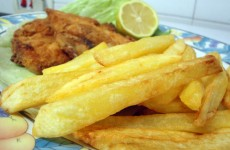 Crispy chips served with fish